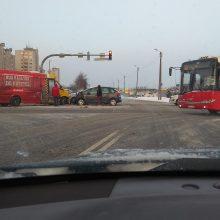 Šilainiuose – mikroautobuso ir lengvojo automobilio avarija, sužalota moteris