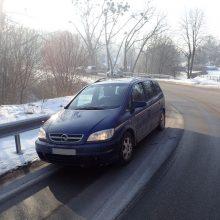 Smarkiai apgirtusio vairuotojo kelionė baigėsi smūgiu į kitą mašiną