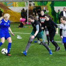 Moterys smaginosi futbolo aikštėje