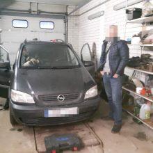 "Kontrabanda buvo slepiama dvigubame ""Opel Zafira"" dugne ir stoge"