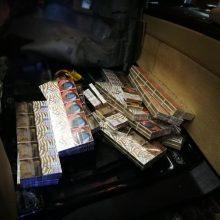 Kontrabandinius rūkalus alytiškis iš Baltarusijos vežė automobilio dugne