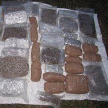 Kontrabandininkams 25 kg narkotikų miške paslėpti nepavyko
