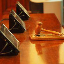 Teisėjui išėjus į pensiją, vėl nagrinėjamos Šiaulių policininkų ir Utenos mero bylos