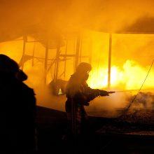 Mažeikiuose kilo didelis gaisras – užsidegė du dujovežiai (papildyta)