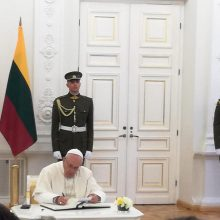 Popiežius atvyko mandagumo vizito į Prezidentūrą