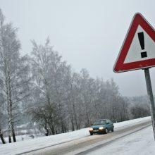 Įspėja vairuotojus: kai kurie mažesni keliai snieguoti, slidūs