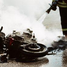 Per susidūrimą su sunkvežimiu sunkiai sužalotas motociklininkas