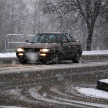 Eismo sąlygas sunkina sniegas ir plikledis