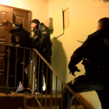 Vilniuje girta kompanija iš balkono pyškino į praeivius, policija šturmavo butą
