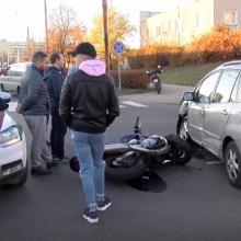 Po avarijos Vilniuje perlūžo motociklas