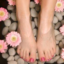Pėdų priežiūra: kaip jas išvaduoti nuo nuospaudų