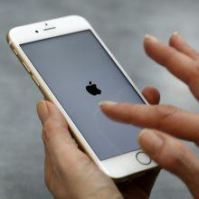 """""""Apple"""" ir """"Samsung"""" dėl tyčinio telefonų lėtinimo skirtos milijoninės baudos"""