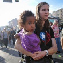 Prie JAV sienos pareigūnai atskyrė nuo tėvų ir globėjų beveik 2 tūkst. vaikų