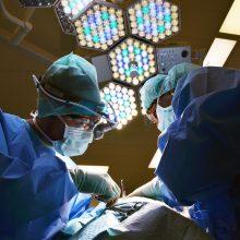 Hemoraginį insultą patyrusį tautietį neurochirurgai išgelbėjo unikalia operacija