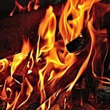 Radviliškio rajone atvira liepsna dega ūkinis pastatas