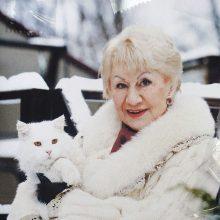 J.Norvaišienė su išgelbėta nuo didelės bėdos kate.