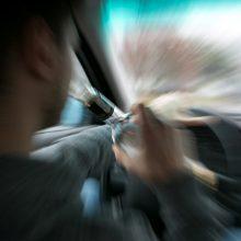 Girtas vairuotojas Plungės rajone rėžėsi į stulpą: rastas gulintis šalia automobilio