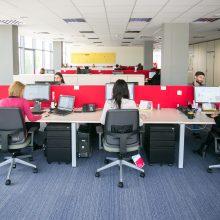 Nei sėdimas, nei stovimas darbas biure neatstoja fizinio aktyvumo