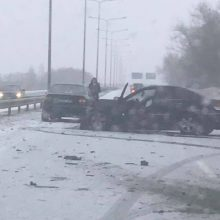 Dėl sudėtingų eismo sąlygų – avarijos, formuojasi spūstys