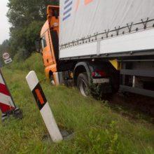 Utenos rajone vilkikas nulėkė nuo kelio, vairuotojas – stipriai apgirtęs