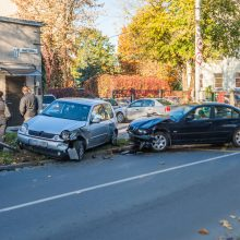 """Po BMW ir """"Volkswagen"""" susidūrimo kliuvo ir kelio ženklui"""