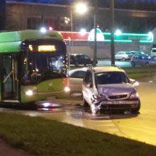 """Smarkiai apgirtęs """"Opel"""" vairuotojas Kaune kliudė troleibusą"""