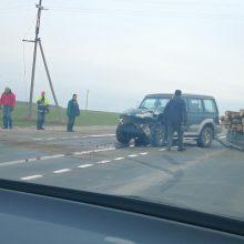 """Panevėžio rajone sunkvežimis rėžėsi į medieną vežusį """"Hyundai"""", yra sužalotų"""