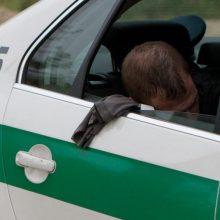 Kiek daugiau nei 3 promilės įpūtęs vyras bandė papirkti policininkus