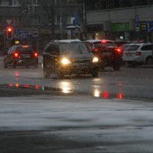 Vairuotojai Kaune, dėmesio: eismo sąlygos naktį – sudėtingos