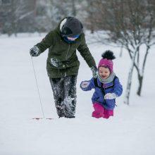 Sniego pramogų išsiilgę kauniečiai apgulė vietinius kalnus ir kalnelius