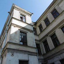 Fasadas: kiemo rizalitas su išlikusiu originaliu langu.