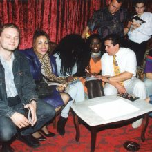 """Žarstėsi: kalbama, kad, pasibaigus koncertui, """"Boney M"""" atlikėjai iš R.Ganusausko rankų buvo apdovanoti prabangiais aukso dirbiniai."""