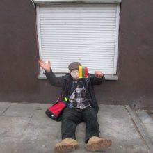 Ant šalto šaligatvio – su trispalve rankoje
