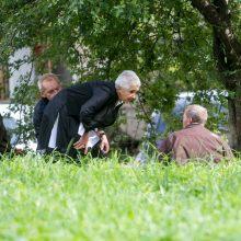 Sprendimas: nebegalėdamas pakilti, vyras mėgino kalbėti su žurnaliste pusiau gulomis.