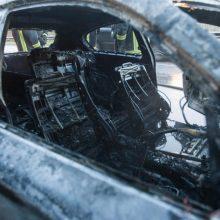 Kauno pareigūnai aiškinasi, kaip užsidegė garaže stovėjęs BMW