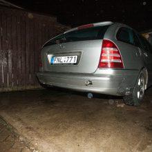 """Privataus namo kieme Jonavos gatvėje į smegduobę įkrito """"Mercedes-Benz"""""""