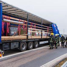 Magistralėje – dviejų krovininių automobilių avarija, viename jų – dujų balionai