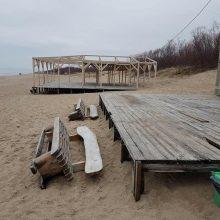 Vandalai nusiaubė paplūdimius: išvartyti suolai, pavogta mediena, varžtai