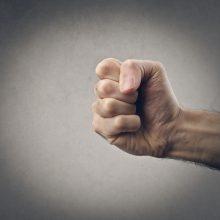 Plungės rajone kaimynai apskundė moterį, smurtavusią prieš vyresnį vyrą