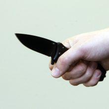 Neblaivi moteris peiliu sužalojo sugyventinį