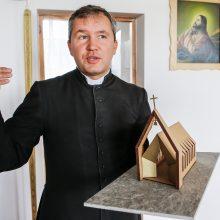 Kunigas bažnyčią stato dainomis