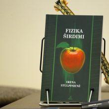 """Rezultatas: uostamiesčio fizikos mokytoja I.Stulpinienė Klaipėdos knygų mugėje pristatė naujausią savo knygą, neįprastą leidinį šiai mokslo šakai – """"Fizika širdimi""""."""