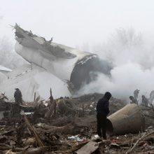 Kirgizijoje lėktuvas nukrito ant gyvenvietės: žuvo mažiausiai 37 žmonės <span style=color:red;>(atnaujinta)</span>
