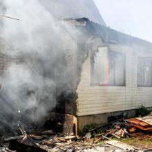 Kulautuvoje degė namas, garažas ir automobilis