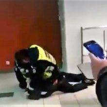 """Atleistas prekybos centre prietaisą """"Taser"""" panaudojęs policininkas"""