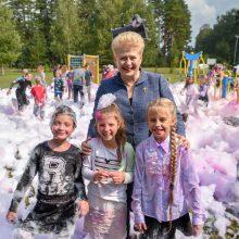 Vaikų stovyklą aplankiusi prezidentė dėkoja socialiai atsakingam verslui
