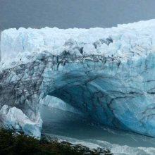 Įspūdingas reiškinys: ledo arkos griūtį stebėjo minia turistų