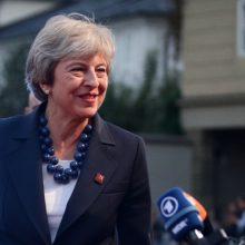 """Vykstant kovai dėl """"Brexit"""" sutarties įtakingi ministrai išreiškė paramą premjerei"""