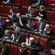 Kylant įtampai parlamente, Italijos premjeras gina biudžetą