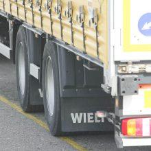 Vilniuje nevaldomas vilkikas įlėkė į autoserviso kiemą